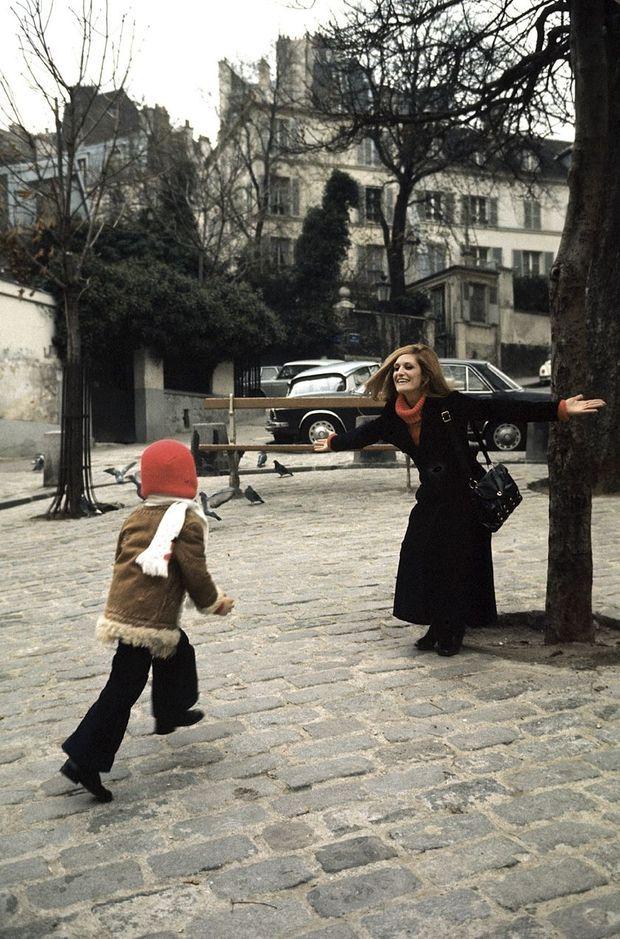 """Avec Luigi, promenade d'automne à Montmartre, tout près de sa maison qu'elle surnomme la """"chaussette""""."""