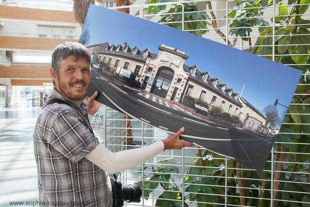 Vingt mois après le drame d'Albacete, Damien pose souriant à l'hôpital Percy en septembre 2016 lors de sa première exposition. Son premier client : un médecin de l'hôpital.