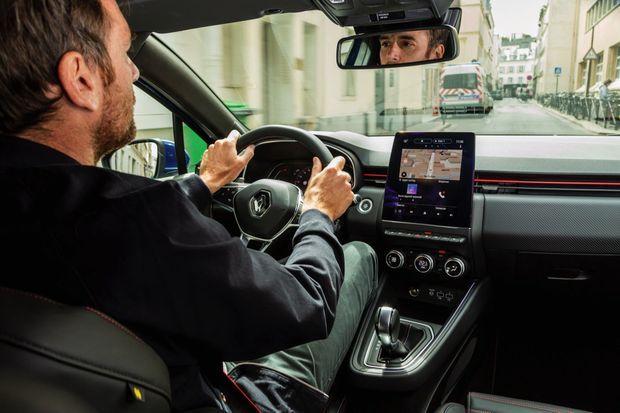 Dans cette finition RS Line, la Clio adopte une calandre en nid-d'abeilles et sa planche de bord arbore l'écran tactile le plus grand de la gamme Renault.