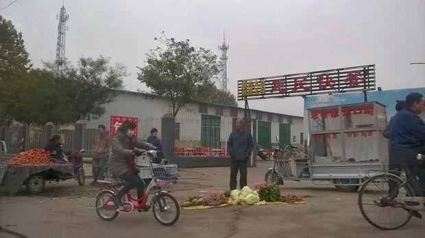 Dans cette ville du Hebei, on vend des légumes juste en face des usines et l'on observe la vie polluée des habitants le long de la route de Pékin à Xiadan, un des « villages du cancer ».