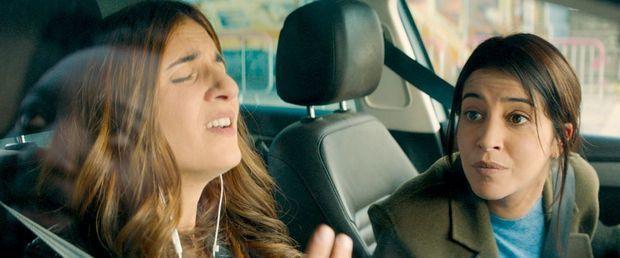 Dans « J'irai où tu iras », Géraldine veut devenir choriste de Céline Dion et Leïla est art-thérapeute. Elles ne se parlent plus depuis un an mais sont obligées de faire la route ensemble.