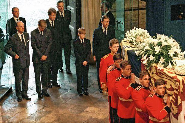 Dans l'abbaye de Westminster avec son père, le prince Charles, à l'enterrement de lady Diana le 6 septembre 1997.