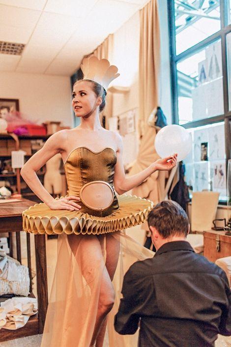 Dans l'atelier couture, sous l'œil de Jean-Michel Lainé, on s'active sur les costumes de «La belle»