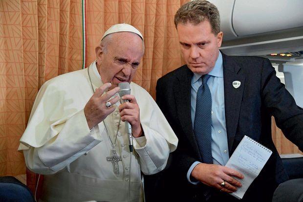 Dans l'avion du retour, le 2 octobre, le pape François avec, à ses côtés, Greg Burke, 56 ans, le nouveau directeur de la salle de presse.