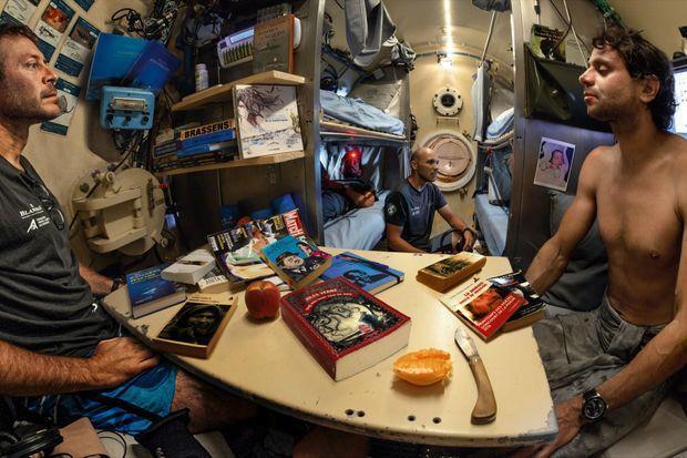 Dans la capsule. Laurent Ballesta (à g.) avec Yanick Gentil (à dr.), Antonin Guilbert (au fond) et Thibault Rauby (couché).