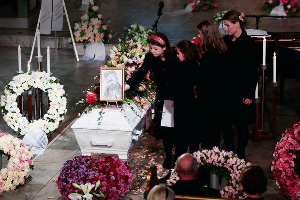 Dans la cathédrale d'Oslo, le 3 janvier. Sur le cercueil d'Ari Behn, son portrait au fusain par sa fille aînée, Maud Angelica, 16 ans (bandeau). Derrière elle, Emma Tallulah, 11 ans, Leah Isadora, 14 ans, et leur mère, Märtha Louise.