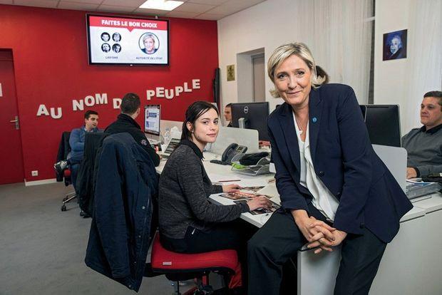 Dans la cellule Web de son QG, avec Estelle Martin, l'une des responsables de la campagne sur les réseaux sociaux.
