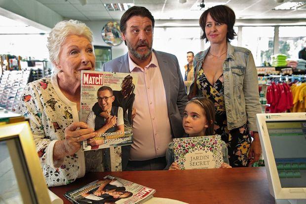 Dans « La ch'tite famille », le héros fait la couverture de Paris Match avec sa femme… que Line, la mère, a raturée : elle déteste sa belle-fille.