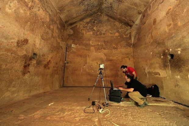 Dans la chambre de la reine de la pyramide de Kheops, Jean-Claude Barré et Clemente Ibarra-Castenado réalisent une analyse thermographique.