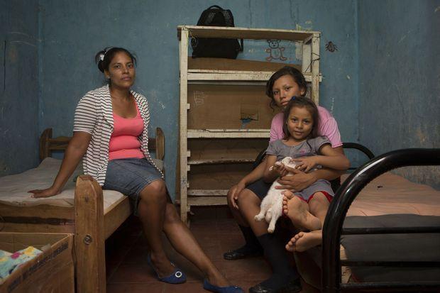 Dans la chambre des enfants avec Yubelka, 13 ans, et Cesia, 5 ans, qui adore cajoler son lapin domestique.