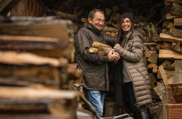 Jean-Pierre et Nathalie Pernaut dans la remise à bois, au moment de préparer la fambée.