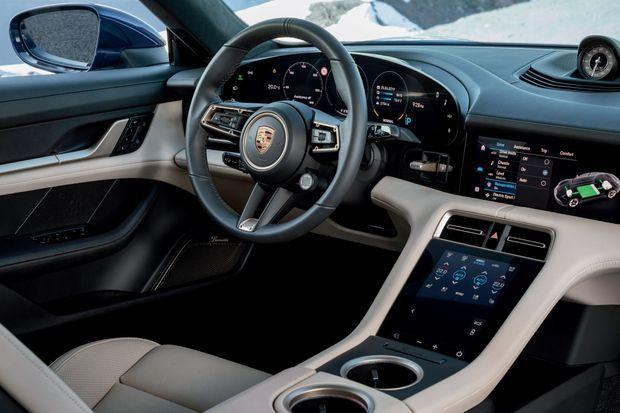 Dans la tradition Porsche, l'habitacle se distingue cependant par sa dalle numérique incurvée… comme l'écran d'un téléviseu