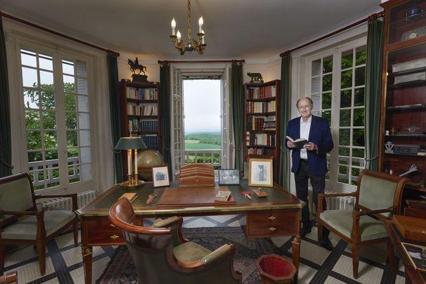 Dans le bureau du Général, Yves de Gaulle avec, dans ses mains, les « Mémoires d'espoir ».