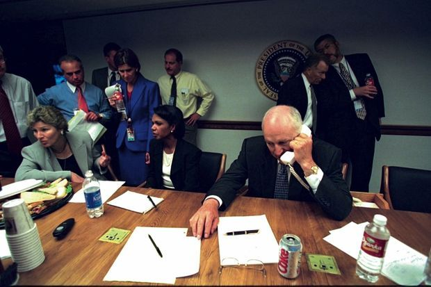Dans le centre d'opérations d'urgence, un bunker sous l'aile est de la Maison-Blanche. A la droite du vice-président, Condoleezza Rice, conseillère à la Sécurité nationale.