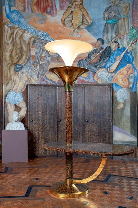 Dans le salon Lyautey, la table-luminaire d'Eugène Printz a retrouvé tout son éclat.