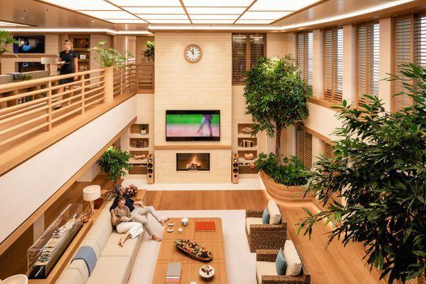 Dans le salon, on peut regarder la télé en même temps que le feu dans l'une des cinq vraies cheminées