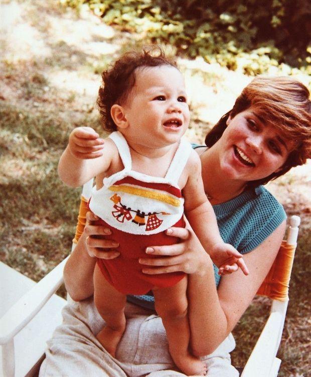 Dans les bras de sa demi-soeur Samantha Grant. Elles ont le même père.