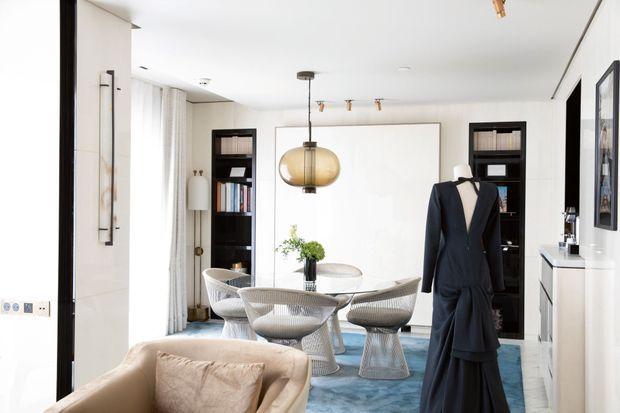 Dans la suite, une sélection de livres, dont «Herzog », de Saul Bellow, et une robe haute couture Yves Saint Laurent qu'elle portait lors de la 44e cérémonie des César.