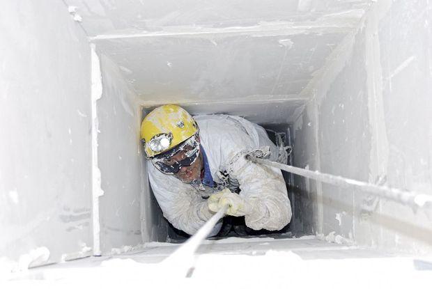 Dans un silo, il ne faut pas seulement braver le vertige mais aussi la claustrophobie.