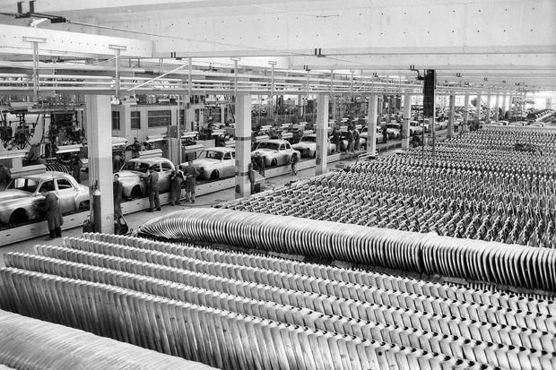 Sur la ligne d'assemblage de la Dauphine, dans l'usine Renault de Flins, en 1952.