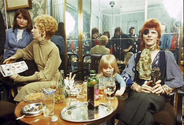 David Bowie en 1974 à Amsterdam avec son fils Zowie, futur Duncan.