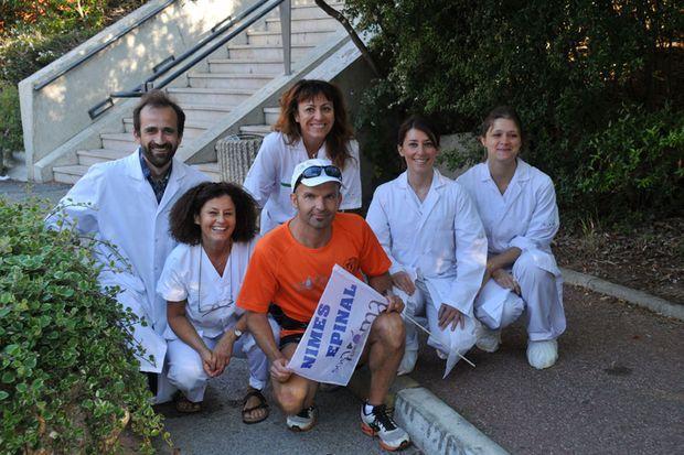 Le coureur de 42 ans entouré de membres du centre hospitalo-universitaire de Nîmes juste avant son départ.