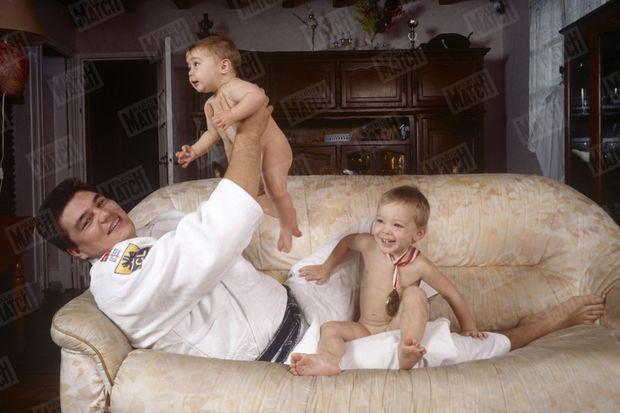 « Il aimerait voir Jeremy et Myriam en kimono : En 1993, après la conquête de son premier titre. David Douillet joue avec sa fille, Myriam (dans ses bras), et son fils, Jérémy, aujourd'hui âgés de 2 ans et demi et de 4 ans. » - Paris Match n°2420, 12 octobre 1995