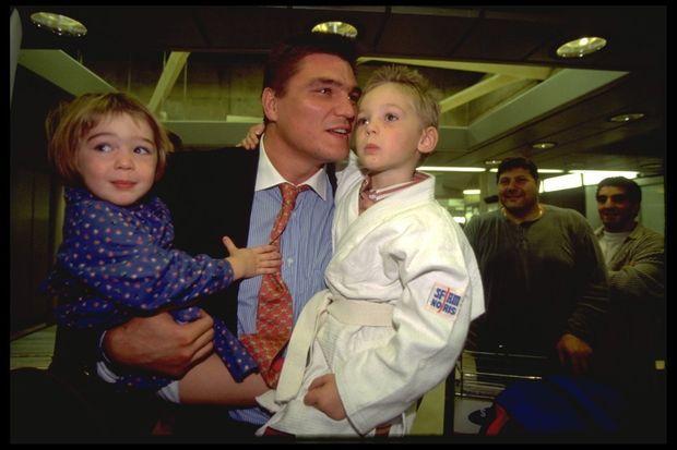 David Douillet à son retour en France, après sa victoire aux championnats du monde de judo en 1995.