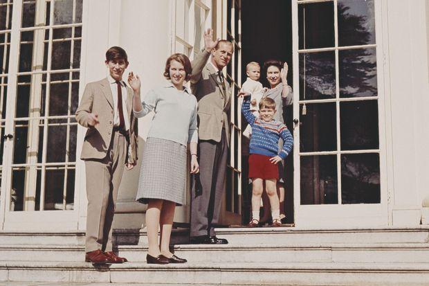 De g. à dr : Charles, Anne, Philip, Andrew et la reine Elizabeth avec Edward, bébé.