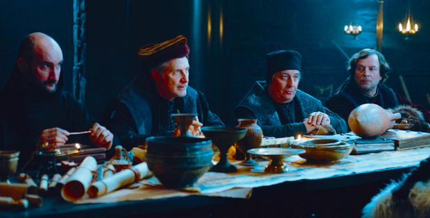De g. à dr. : Jean-Robert Lombard, Antoine de Caunes, Christian Clavier et François Rollin, une distribution qui mêle les comédiens de la série et des guest-stars prestigieuses.