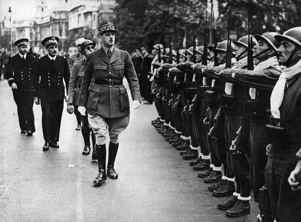 Revue des troupes françaises libres par le Général De Gaulle, le 14 juillet à Londres.