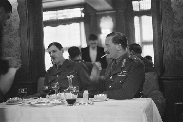 Le Général Charles de Gaulle et le Major-General Sir Edward Spears, officier de liaison entre les gouvernements français et britannique, dinant à Londres en septembre 1940.