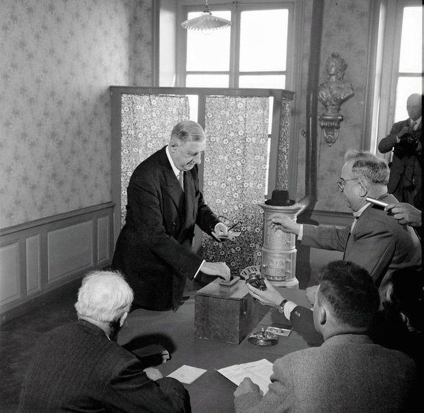 Le 28 septembre 1958, à la mairie de Colombey- les-Deux-Eglises, Charles de Gaulle, dernier président du Conseil de la IVe, vote pour la Ve République.