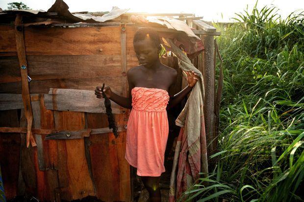 De sorcière à prostituée: une jeune fille, parmi des milliers, devant sa «chambre» près de Kinshasa.
