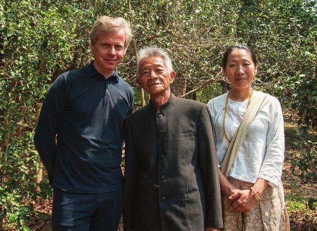 Laurent Boillot, président de Guerlain et fondateur de Cha Ling, Su Guo Wen, chef spirituel des Bulang, et Minguo Li-Margraf, fgure nationale de la préservation des thés de forêt.