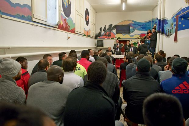 Débat sur le vivre-ensemble organisé par la Licra dans la « fosse », le local religieux de la prison, le 6 janvier. Parmi les détenus, quelques djihadistes.