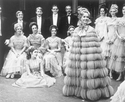 Les débuts de Debbie à Broadway en 1972. Assise à sa gauche, Carrie.