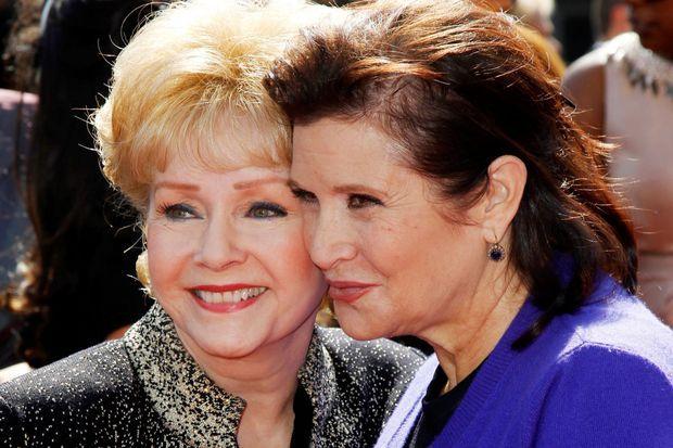 Debbie Reynolds et sa fille Carrie Fisher en 2011.