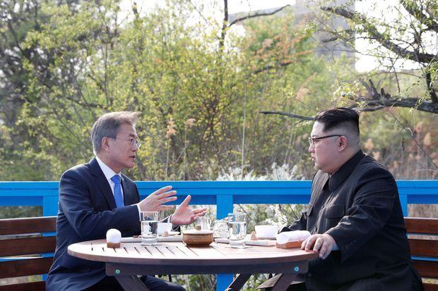 Déjeuner en tête à tête sur une passerelle de la zone démilitarisée.