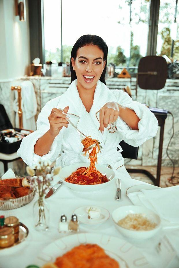 Déjeuner sur le pouce (spaghettis et escalope panée), pendant la séance de maquillage et coiffure.