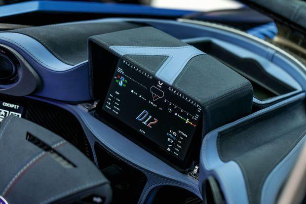Tout comme la carrosserie et les roues, le siège conducteur est en fibre de carbone. Il pèse moins de 4 kilos. Pour protéger le châssis et ses occupants, la D12 dispose d'un système de crashbox identique à celui utilisé en F1.