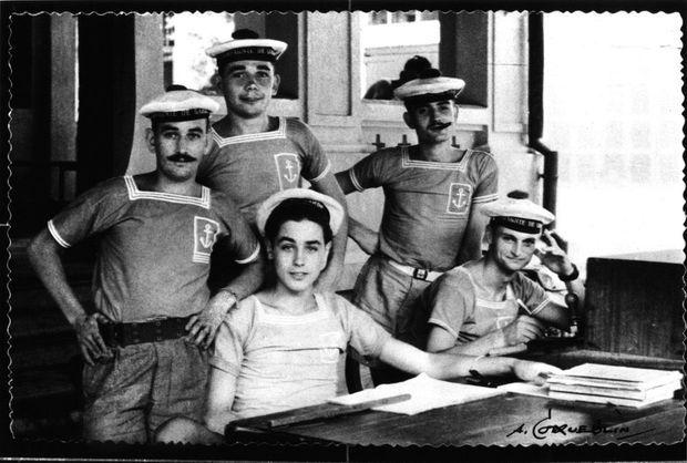 A 17 ans, le jeune homme devance l'appel. Matelot première classe dans les fusiliers marins, il est affecté à la compagnie disciplinaire de garde et surveillance de l'arsenal de Saigon, en Indochine.