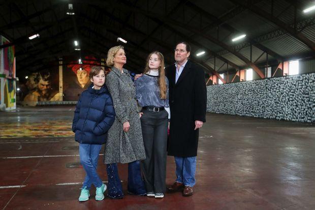 Delphine Boël, son mari Jim O'Hare et leurs enfants, Joséphine, 16 ans et Oscar, 11 ans visitent une expo de street art à Bruxelles en novembre 2019.