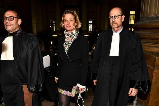 Delphine Boël encadrée par ses avocats, le constitutionnaliste Marc Uyttendaele et le spécialiste du Droit des familles Yves-Henri Leleu lors de la session de la cour de cassation le 13 décembre 2019 à Bruxelles.