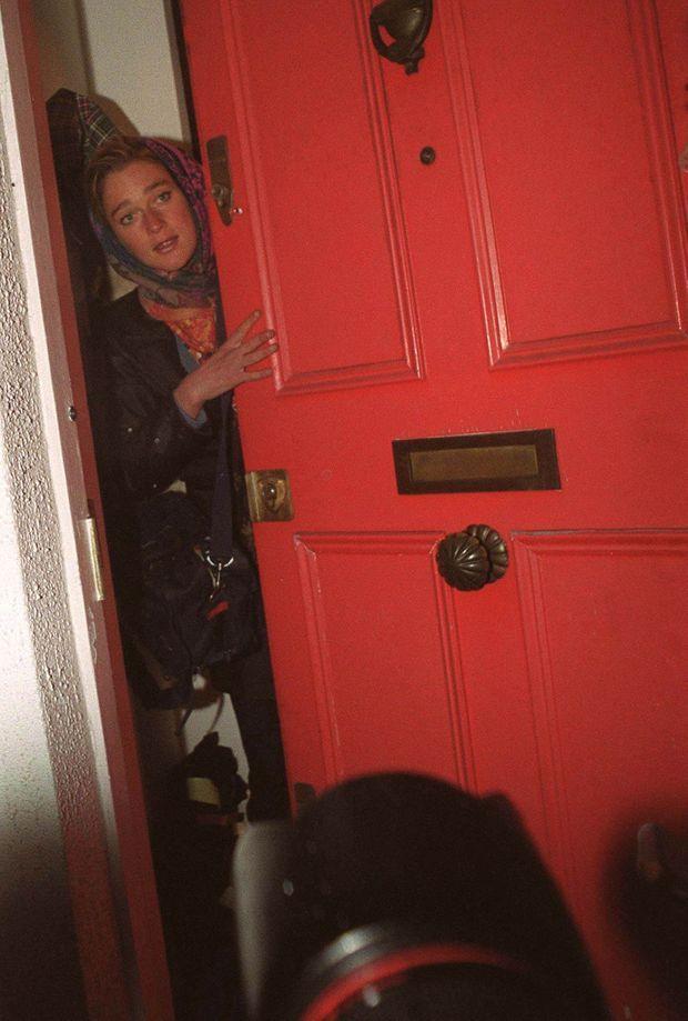 Delphine Boël tente d'échapper aux journalistes qui assiègent sa maison de Notting Hill, à Londres, 22 octobre 1999.