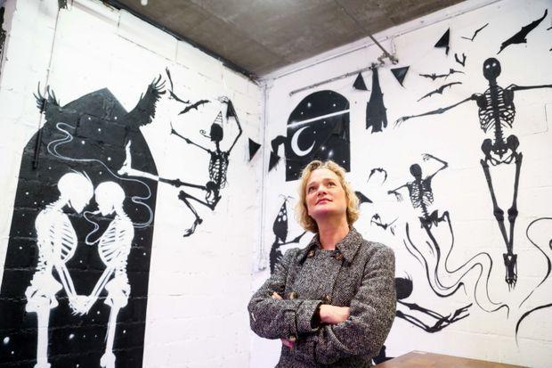 Delphine lors d'une balade dominicale dans Bruxelles en novembre 2019. Curiosité artistique permanente, regard ouvert sur le monde, elle visite une expo d'art urbain.