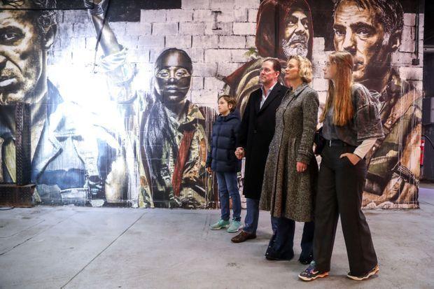 Delphine, son compagnon Jim O'Hare et ses enfants, Joséphine et Oscar visitent une expo urbaine à Bruxelles en novembre dernier.