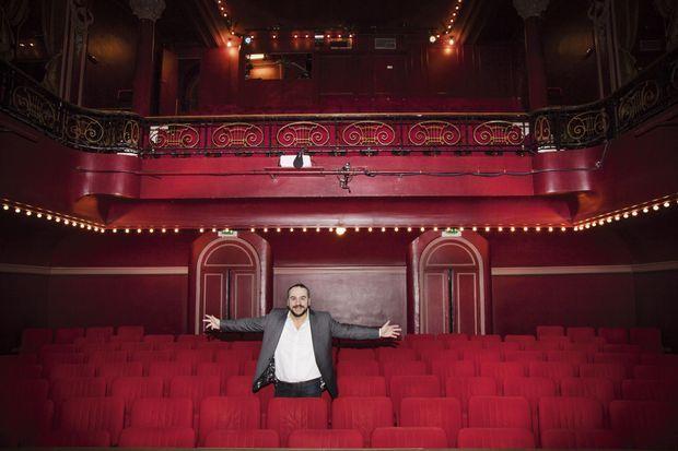 Au théâtre de l'Œuvre, une petite salle parisienne, dont le comédien a dernièrement pris les rênes, en compagnie du metteur en scène Benoît Lavigne.