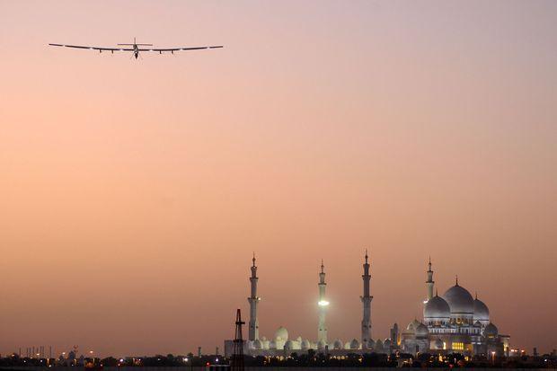 L'avion solaire au-dessus d'Abu Dabi.