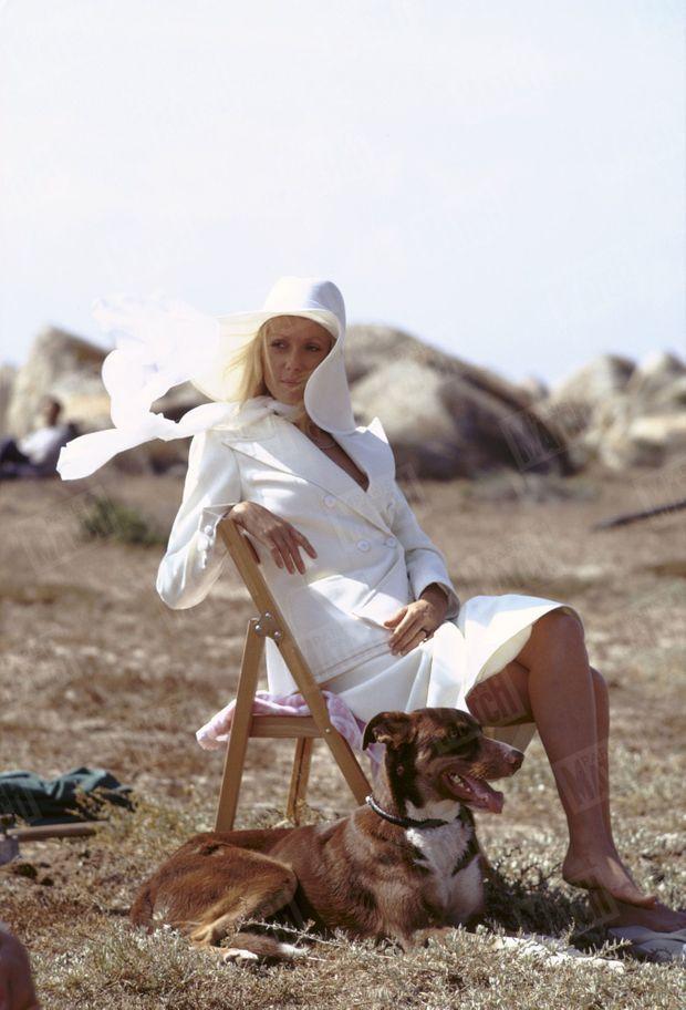 Catherine Deneuve en tailleur blanc YSL, sur le tournage du film « Liza » de Marco Ferreri, en 1971.